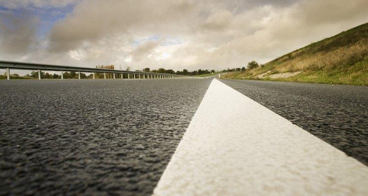 Aproximadamente el 70 por ciento de las autopistas de Estados Unidos y más de la mitad de las carreteras interestatales del país están pavimentadas con asfalto.
