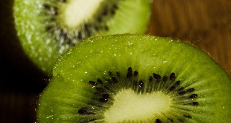 Guarda un kiwi maduro en el refrigerador para que se conserve por más tiempo.