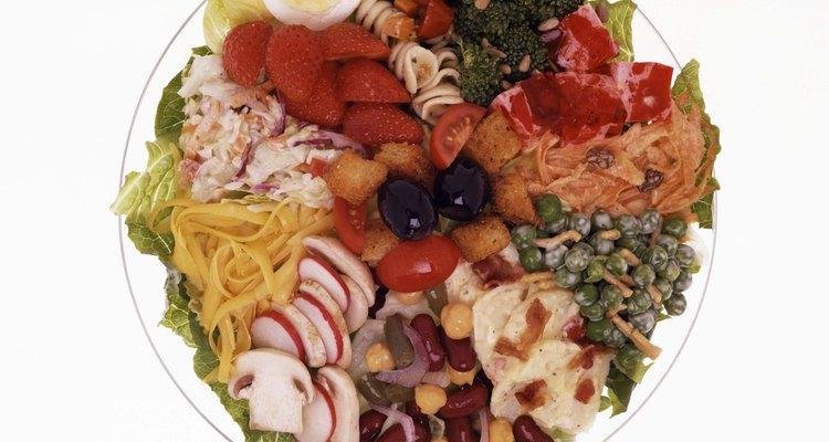 Los macronutrientes, tales como carbohidratos, proteínas y lípidos proporcionan energía al cuerpo.