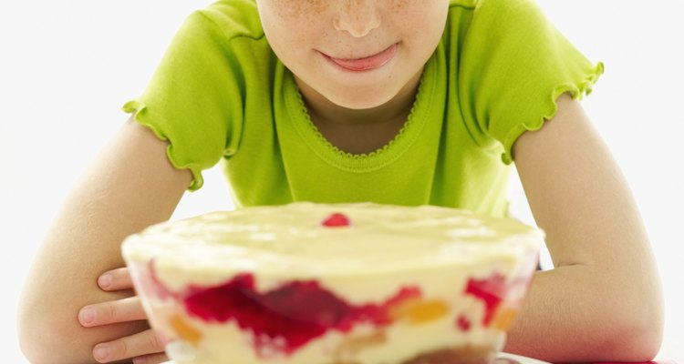 Camufla un pastel seco en una bagatela, postre helado o budín.