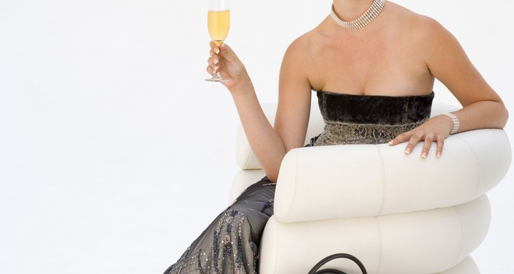 Disfruta de la fiesta sin preocuparte por tu vestido sin tirantes.