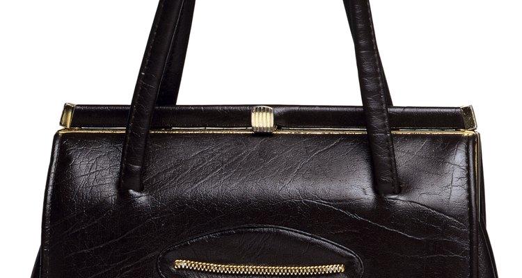 Evita usar productos químicos abrasivos para eliminar arañazos de un bolso de cuero negro.