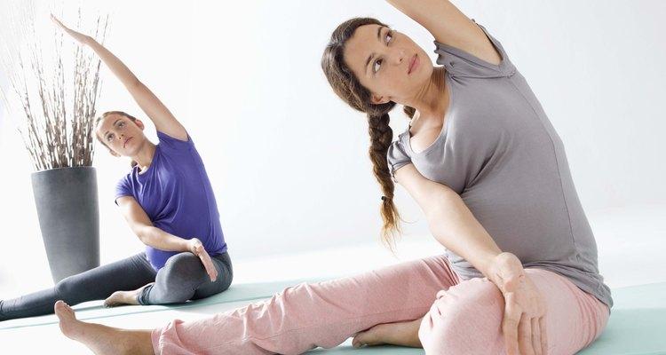 Gestantes fazendo yoga
