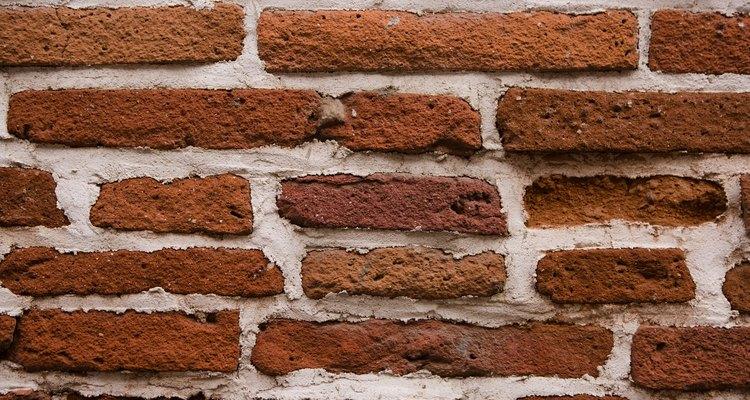 Realiza bloques para construcción con arcilla, agua y arena.