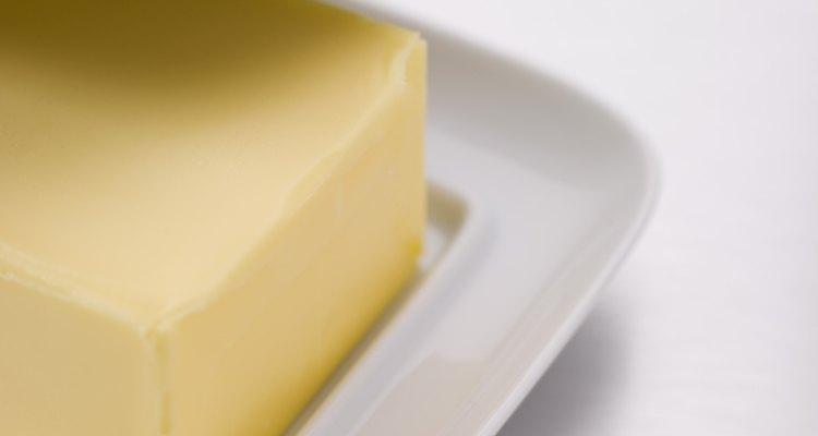 Los aceites presentas en la mantequilla pueden deshacer la mancha de tinta.