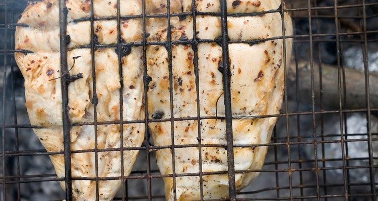 O peito de franco pré-cozido é grelhado rapidamente