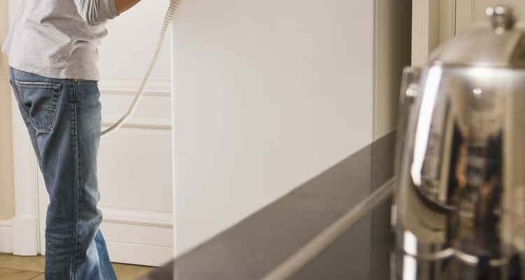 Un refrigerador que no enfría puede tener una junta rota.