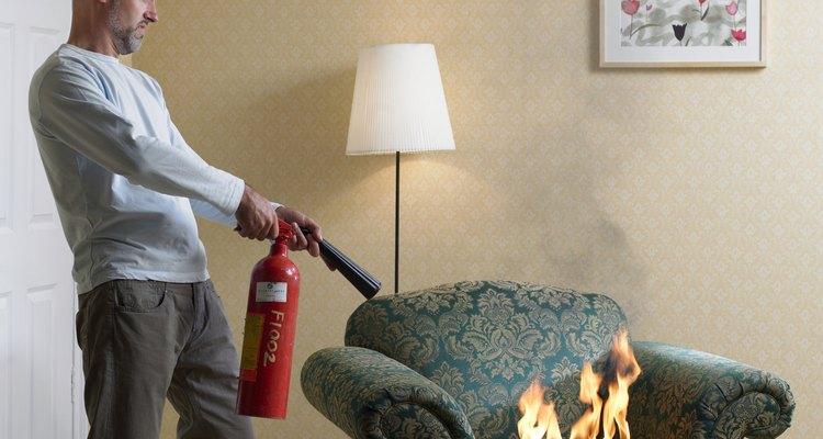 Mantén los extintores portátiles de incendios hogareños en lugares de fácil acceso.