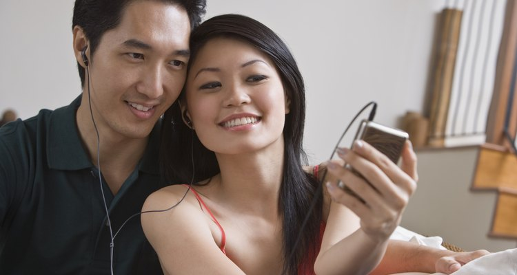 Una pareja escuchando una reproducción de MP3.