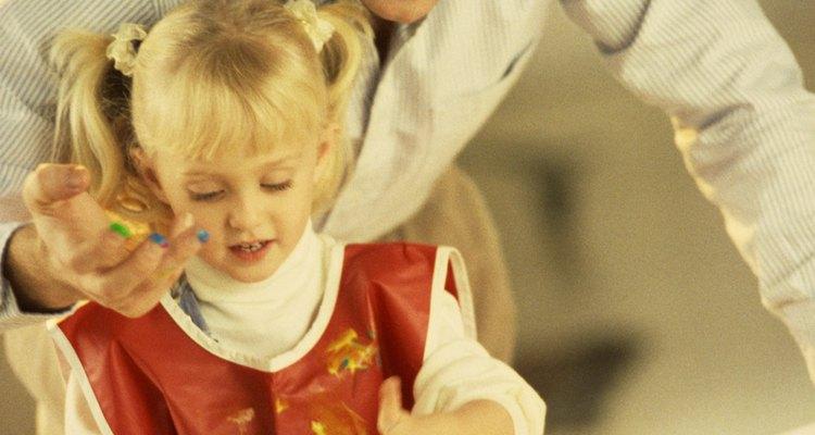 A pintura a dedo deve ser divertida para as crianças