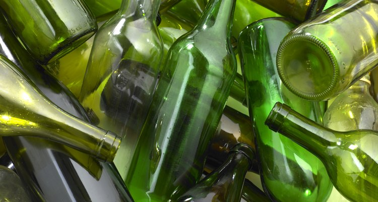 Garrafas de vidro recicladas em diferentes tipos de projetos de artesanato