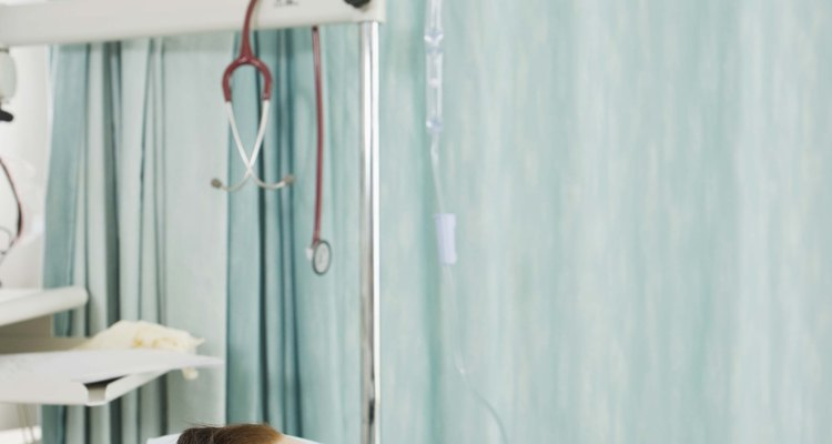 Os pacientes que recebem oxigênio são cuidadosamente monitorados com um oxímetro de pulso