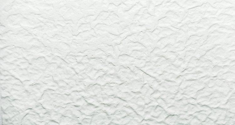Cubre un techo salpicado con baldosas de poliestireno.