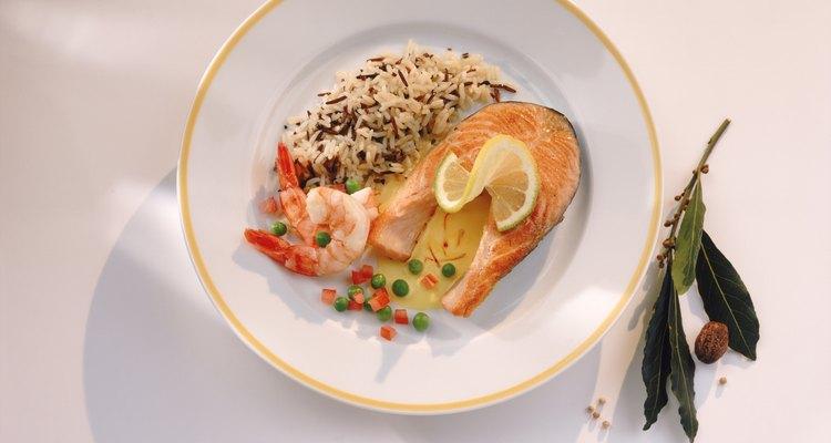 Sirva peixe assado com um prato de arroz