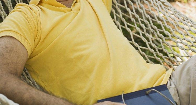 Retire cintos ou jaquetas com granes botões antes de relaxar na sua rede
