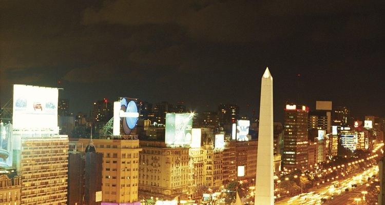 Desde el obelisco, en el centro de la ciudad se ven todos los teatros y sus marquesinas.