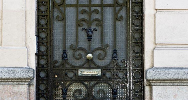Las puertas de metal ornamentales agregan elegancia a la entrada.