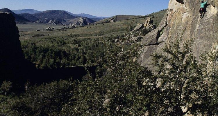Existen muchas opciones de excursionismo y alpinismo en el parque Smith Rock State Park.