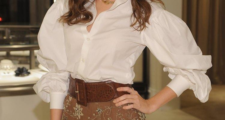 La actriz Camilla Belle lleva una camisa abotonada de gran tamaño y una falda en el premiere de 'The World of Gloria Vanderbilt'.