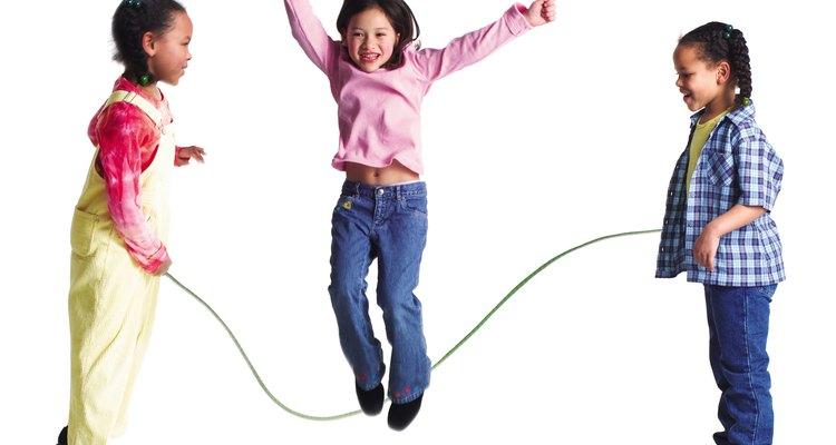 Los niños necesitan practicar para desarrollar habilidades motrices tanto finas como gruesas.