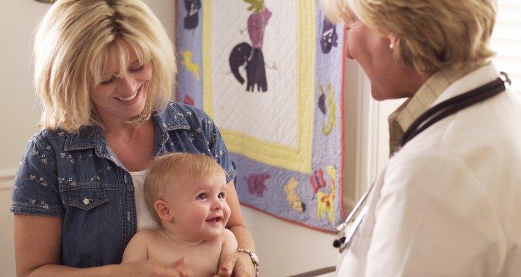 La relación de un paciente y su familia con el pediatra suele prolongarse por muchos años.