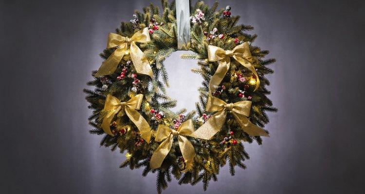 Los listones agregan un detalle decorativo al árbol de Navidad.