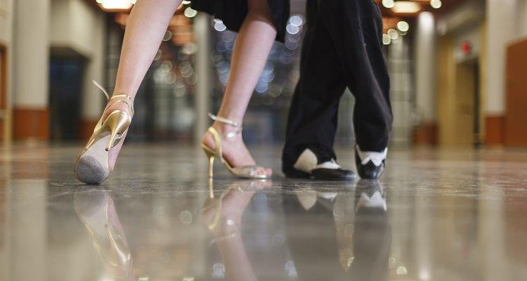 Acercamiento de una pareja bailando tango.