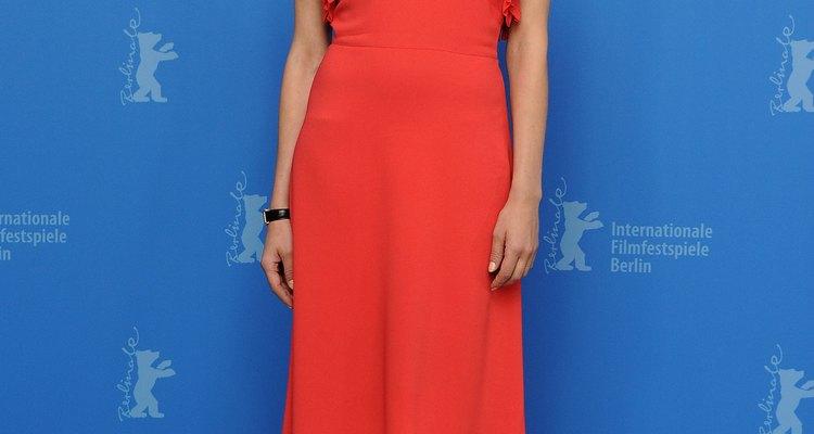 Diane Kruger combina o coral com lindos sapatos azuis de salto alto