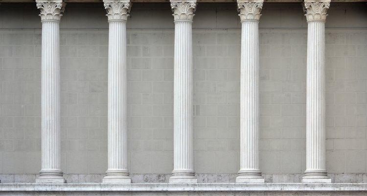 Uma fileira de colunas dóricas