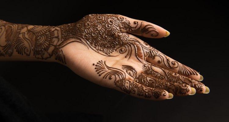 Arabescos feitos em henna