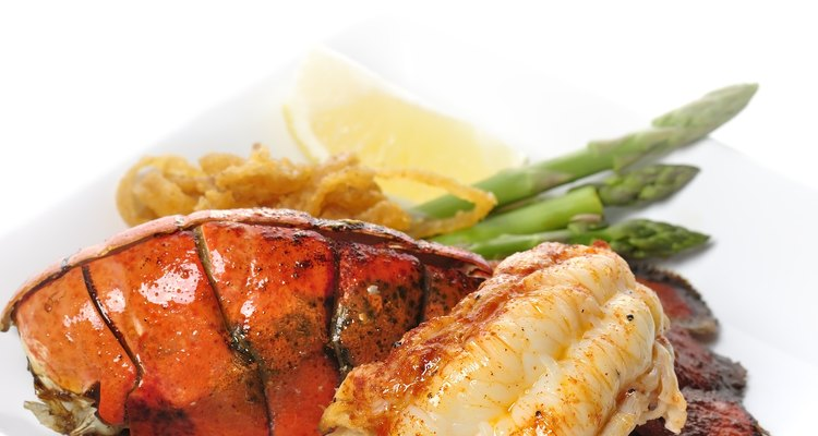 Grelhe a carne da lagosta enquanto cozinha as garras e pernas