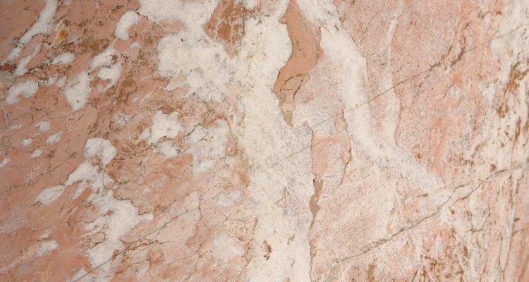 Aprende a limpiar el mármol sintético sin rayarlo.