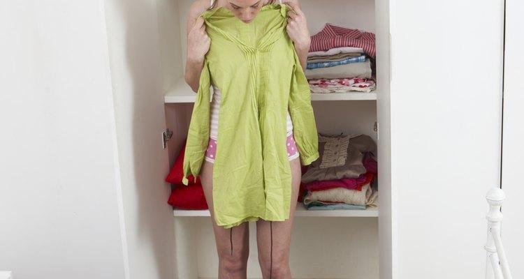 Combinar uma blusa com uma saia para formar um vestido pode ser um jeito de adquirir um novo traje