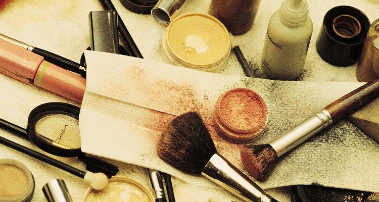 Las manchas de base de maquillaje son sencillas de sacar.