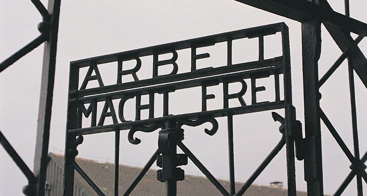 """La escritura en las puertas de Auschwitz se traduce """"el trabajo los hará libres""""."""