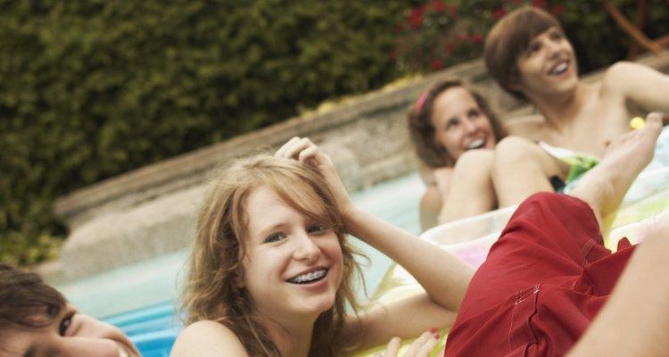 Tu hija adolescente puede hacer una fiesta en el patio de tu casa.