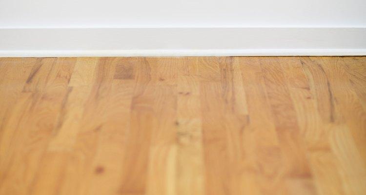 O procedimento para nivelar um piso de madeira dependerá do grau do problema