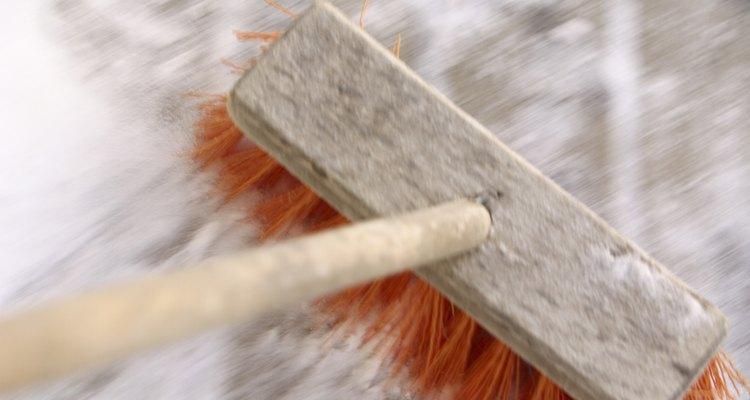 Barre la arena polimérica en las juntas y grietas entre los adoquines.
