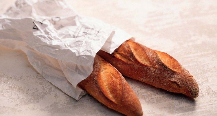 Envolver en papel los panes de costra crujiente los deja respirar.