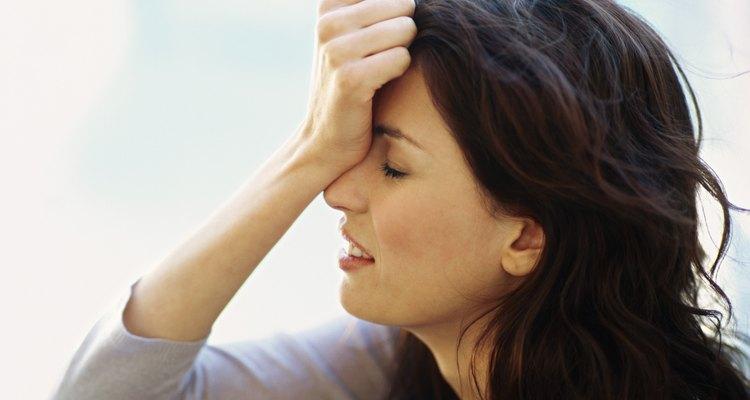 Perfil de uma mulher ansiosa segurando a cabeça