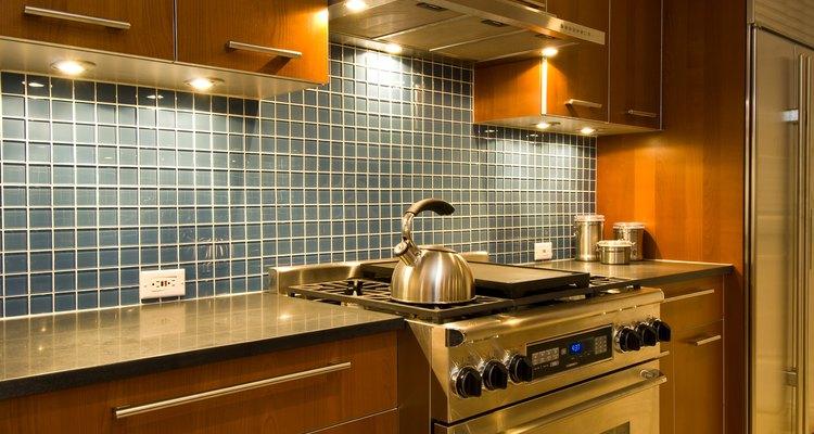 Los muebles de madera para la cocina le dan un mayor aire de formalidad que los de plástico.