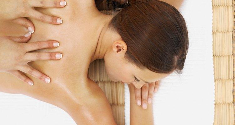 ¿Qué causa una sensación de ardor bajo la piel de la espalda?