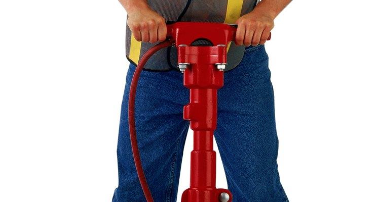 Un martillo neumático es necesario para exponer las líneas de agua debajo de la losa.