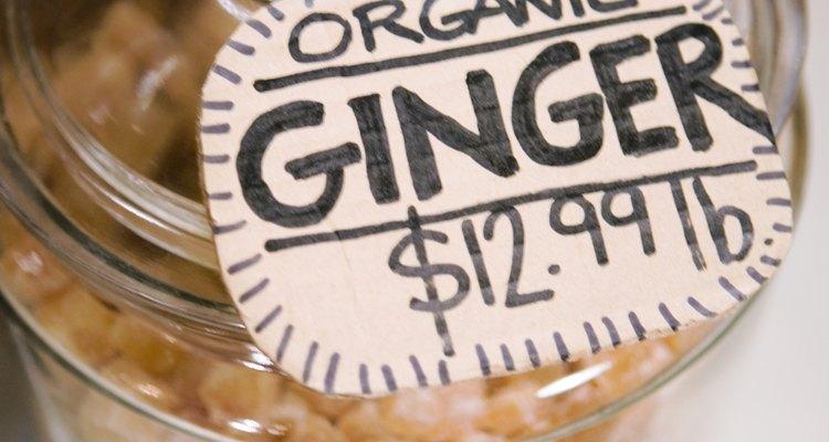 El jengibre caramelizado dulce y especiado funciona en platos dulces y salados.