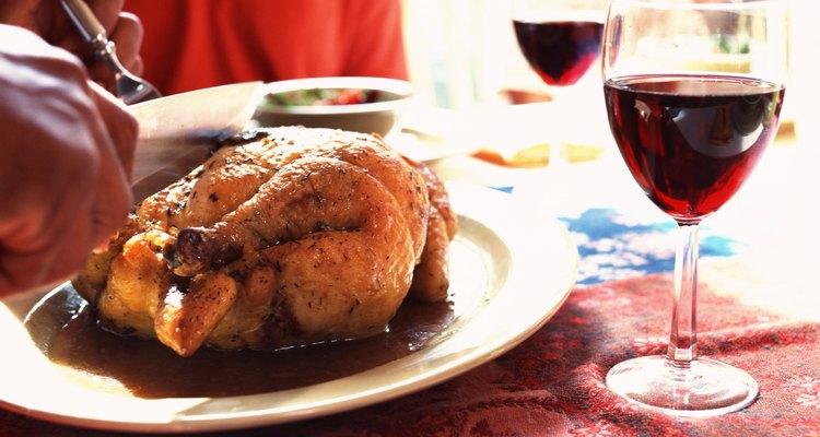 Deja que el pollo repose antes de comenzar a cortarlo.