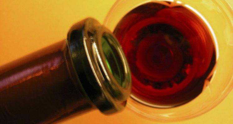 El vino de ciruela arena casero tarda un año o más en fermentarse y añejarse.