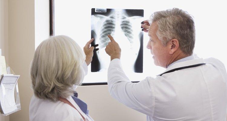 A dor nas costas é diagnosticada através de uma série de exames