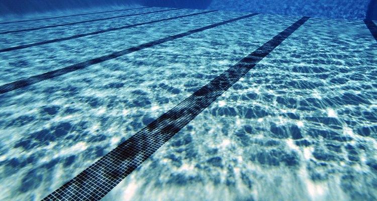 O fundo de piscinas de concreto e fibra de vidro pode ficar com áreas ásperas