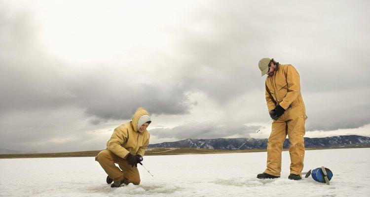 Cuando vas de pesca en el hielo, es mejor no ir solo y avisar a alguien antes de salir al hielo.