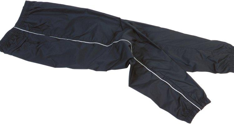 As calças de náilon podem ser facilmente reparadas em casa sem a necessidade de equipamento caro ou anos de experiência em costura